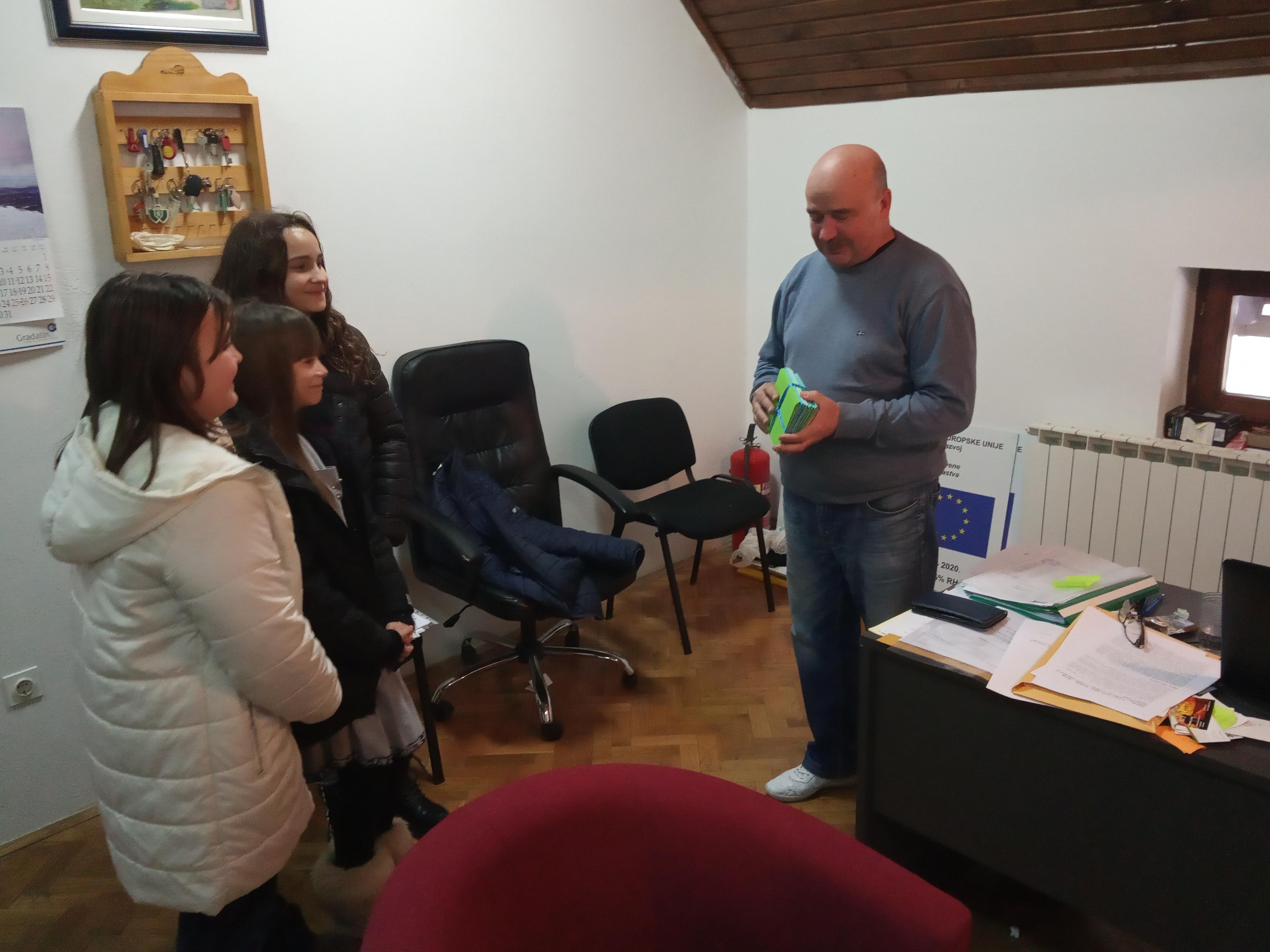 Učenici PŠ Saborsko izradili čestitke za Općinu